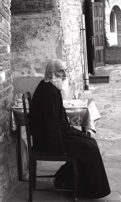 Pope en un monasterio moldavo. Los monasterios de Maramures y Moldavia rumana son uno de los atractivos culturales más conocidos de Rumanía. ©Iñigo Pedrueza.