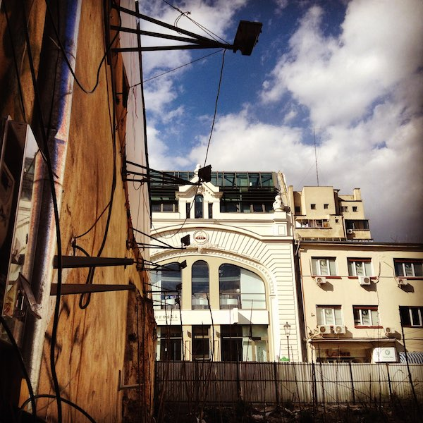 Un solar vacío en plena ciudad vieja espera una nueva función. Tras él la impresionante libreria Carturesti. ©Iñigo Pedrueza