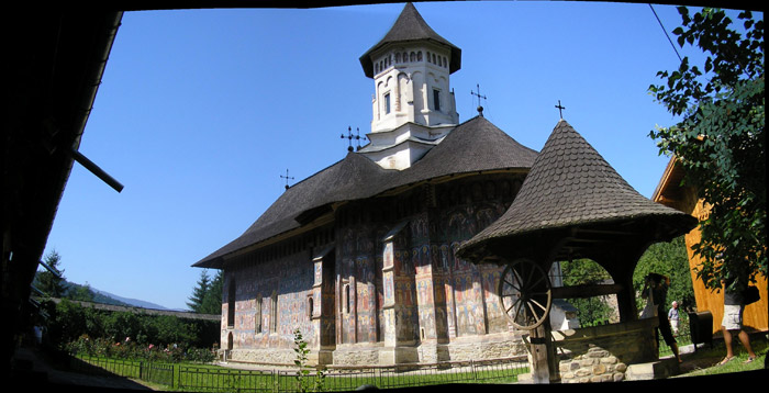 La iglesia del monasterio de Moldovita con los frescos externos