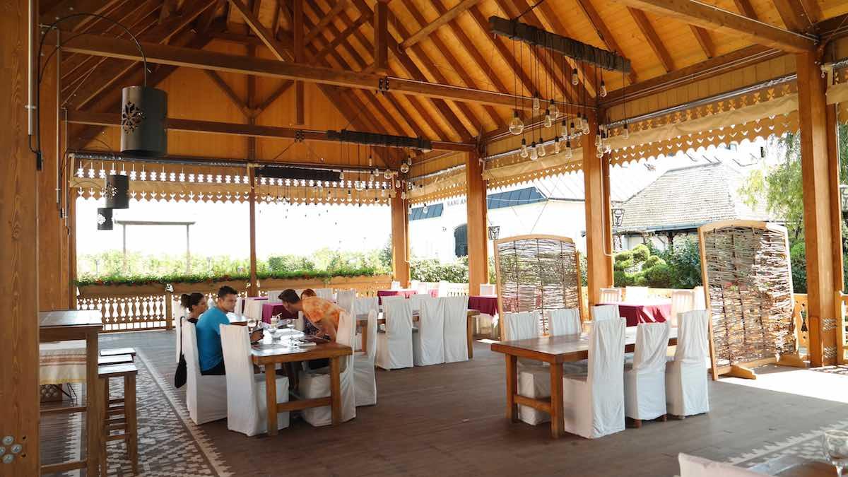 El Restaurante cuenta con bodega, comedor de verano y dos pisos en el edifico principal. ©Iñigo Pedrueza.