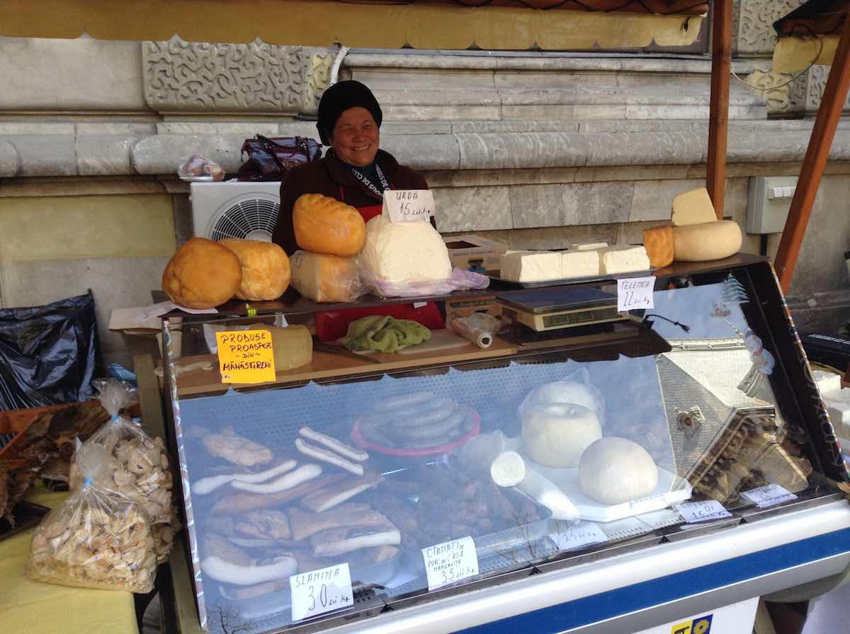 Vendedora de quesos que pidió ser fotografiada para plantarnos esa gran sonrisa. Así son los rumanos. ©Iñigo Pedrueza.