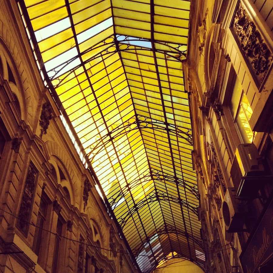 Galerias Macca Vilacrosse, dos calles cubiertas animadas y llenas de bares. ©Iñigo Pedrueza.