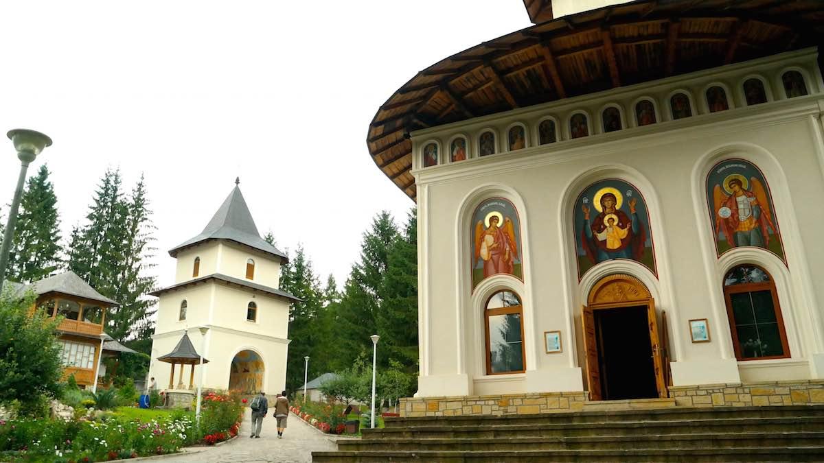 Monasterio de Surau, al píe del Monte Ceahlau y su Parque Nacional. ©Iñigo Pedrueza