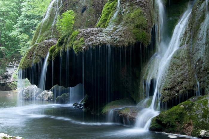 El agua cayendo por la cascada de Bigar