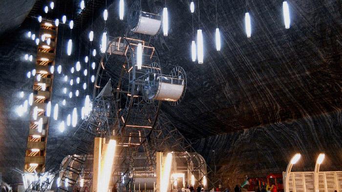 Atracción de la noria dentro de la mina