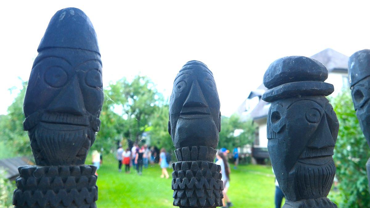 Museo Popa y algunas de sus escultura de madera. ©Iñigo Pedrueza
