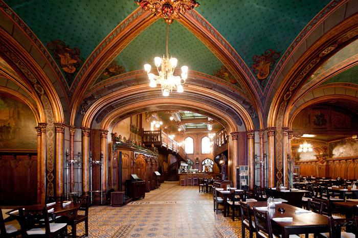 Interior del restaurante Caru Cu Biere en Bucarest